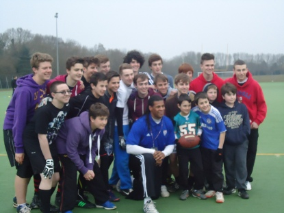 Popular | Youngsters from the Essex Spartans pose with former NFL player Cecil Martin. (Image | Emma Webb)
